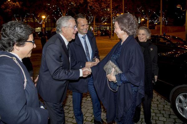 La Reina Sofía saluando a Jose María Bergaz.