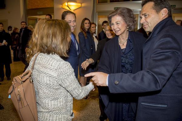 Chus de la Fuente, directora de Recover, saludando a la Reina Sofía.