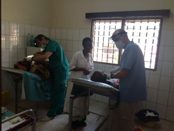 campaña odontologica bikop revisiones voluntarios Jaime y Emilio